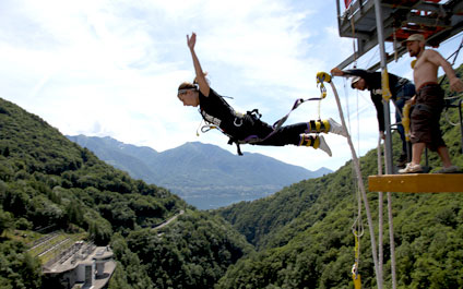 BUNGEE / BUNGY JUMPING IN DER SCHWEIZ 424x265_by05