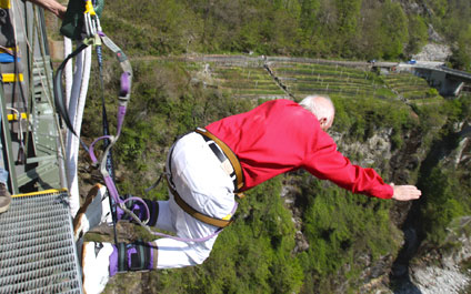 BUNGEE / BUNGY JUMPING IN DER SCHWEIZ 424x265_by08